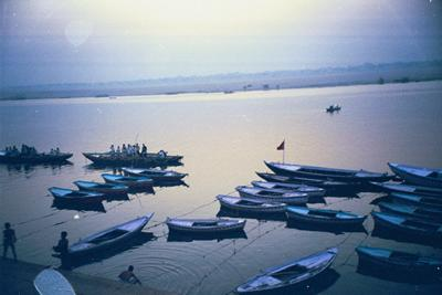 boats_still_on_ganges_14_mar.jpg