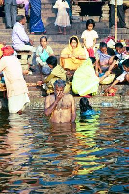 close_up_of_prayers_in_ganges_14_mar.jpg