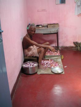 man_chopping_onions_29_apr