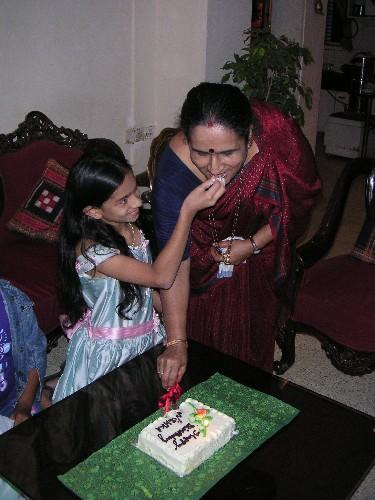 nishka_feeding_grandma_28_oct.JPG
