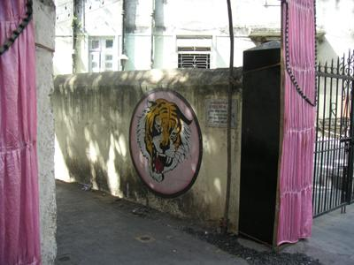 shiv_sena_tiger_outside3_22_jan_04.jpg